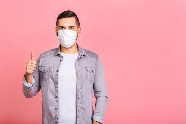Uomo che indossa una maschera igienica per prevenire infezioni, malattie respiratorie aviotrasportate come l'influenza