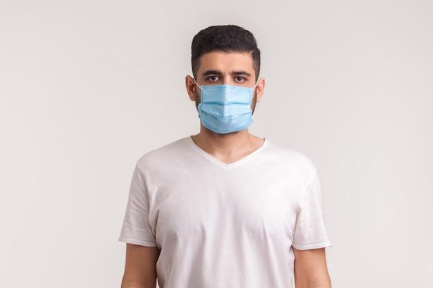 Uomo che indossa una maschera igienica per prevenire infezioni, malattie respiratorie trasmesse per via aerea