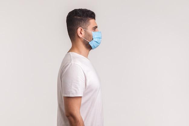 Uomo che indossa una maschera igienica per prevenire infezioni, malattie respiratorie come l'influenza, 2019-ncov
