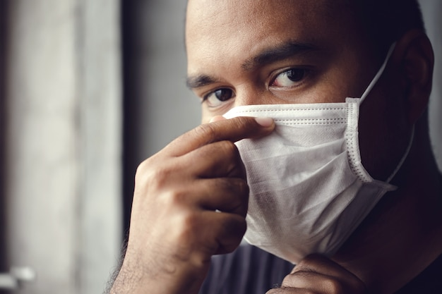 Uomo che indossa una maschera medica