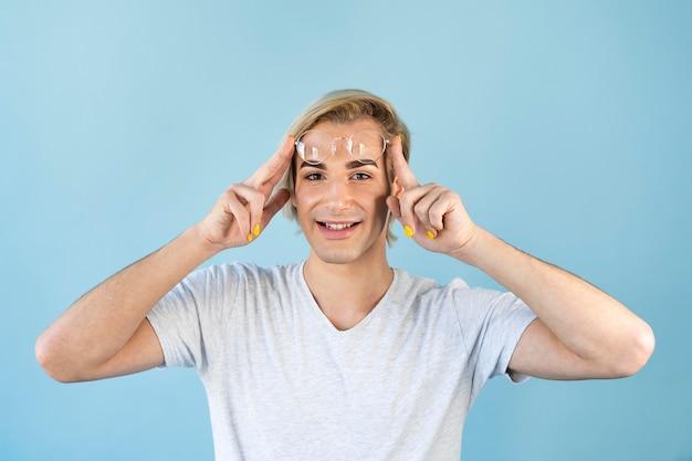 Uomo che indossa occhiali da lettura e smalto per unghie