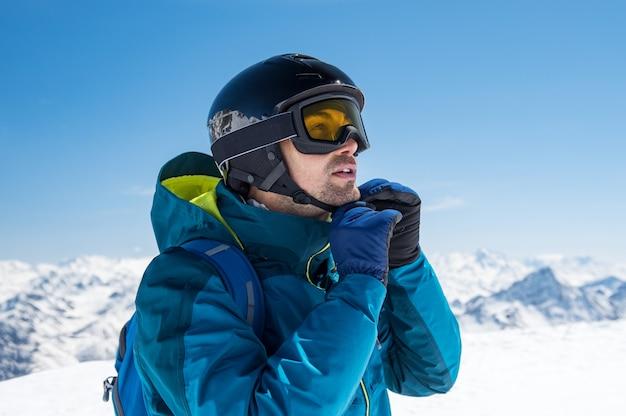 Uomo che indossa il casco da sci