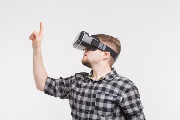 Uomo che indossa occhiali per realtà virtuale alzando la mano