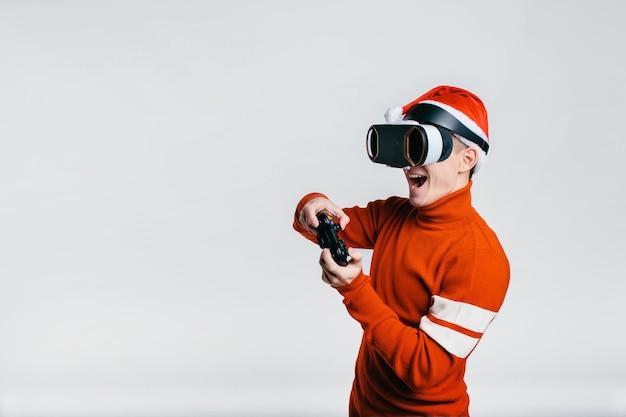Uomo che indossa occhiali per realtà virtuale.