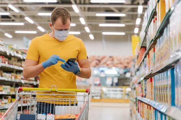 L'uomo indossa guanti e mascherina medica per ridurre il rischio di contrarre l'influenza umana