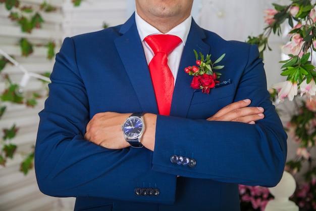 Uomo in abito da sposa