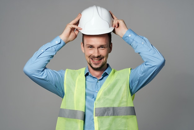L'uomo in casco bianco progetta lo sfondo chiaro del costruttore