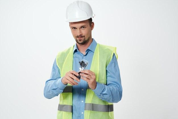 Uomo in casco bianco ingegnere sfondo chiaro