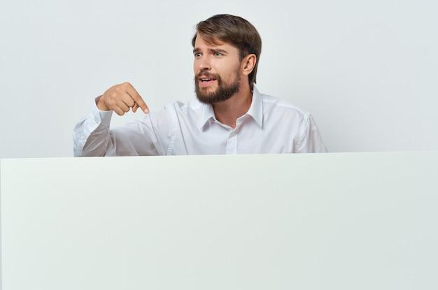 Uomo in camicia bianca banner pubblicità lifestyle sfondo chiaro