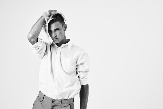 L'uomo in camicia bianca si fida dello stile elegante dello studio