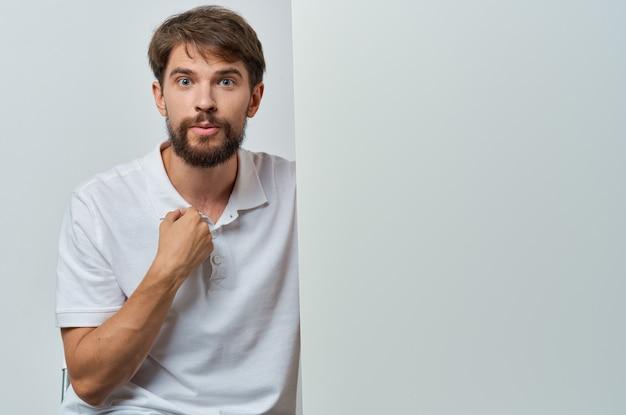 Uomo in camicia bianca emozioni mockup bianco presentazione pubblicità.
