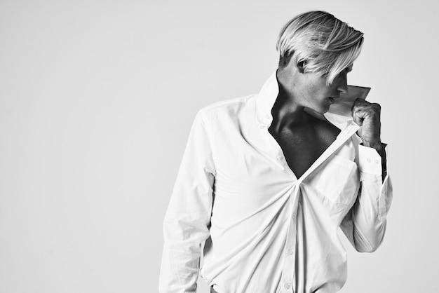 Uomo in camicia bianca moda acconciatura ritratto studio lifestyle
