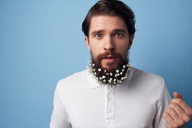 L'uomo in una camicia bianca fiorisce in un barbiere in stile moderno alla moda della barba