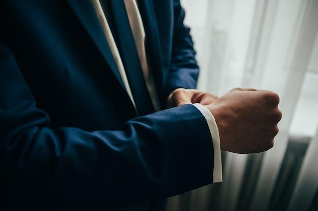 Uomo in camicia bianca che indossa i gemelli. codice di abbigliamento aziendale