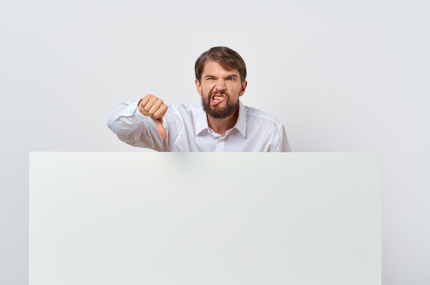 Uomo in camicia bianca presentazione isolata mockup bianco