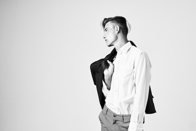 Uomo in una camicia bianca con un aspetto attraente di acconciatura alla moda della giacca