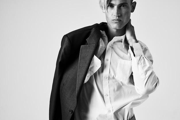Uomo in camicia bianca con giacca sulle spalle moda autostima