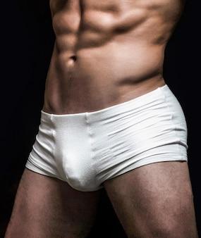 Uomo in pantaloncini bianchi