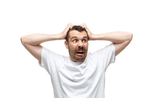 Uomo su sfondo bianco studio, emozioni meme divertenti