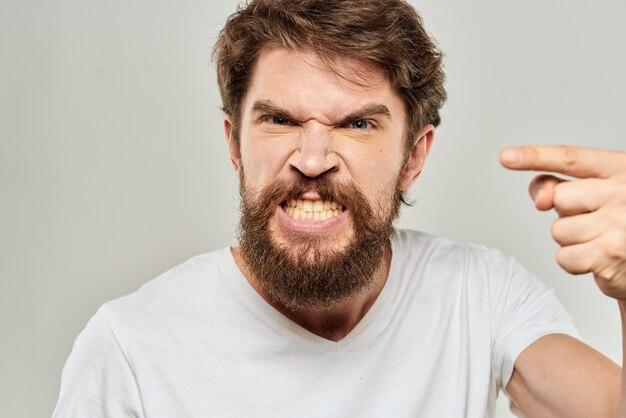 Uomo in t-shirt bianca emozioni espressioni gesto con le mani ritagliate luce vista.