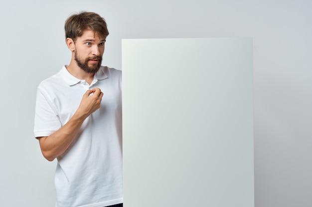 Uomo in t-shirt bianca banner bianco pubblicità sfondo isolato
