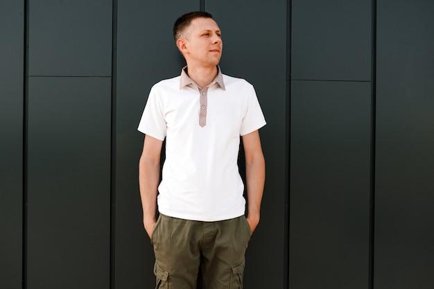 Uomo in maglietta bianca spazio per il tuo logo o design mockup per la stampa
