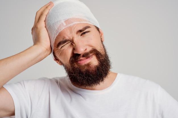 L'uomo in una maglietta bianca trauma salute diagnosi sfondo isolato