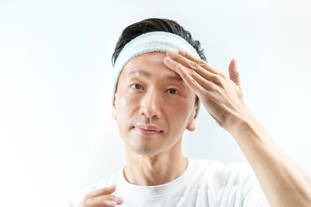 Un uomo che applica la crema sul viso e il bianco