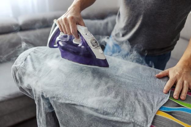 Un uomo che è bravo a fare le faccende domestiche