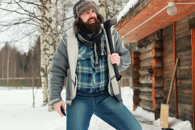 Uomo in inverno con l'ascia