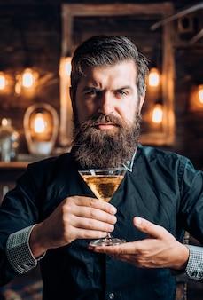 Uomo con bevanda alcolica a casa. uomo ubriaco. uomo in night club. bere uomo
