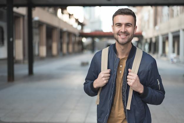 Uomo con lo studente sorridente dello zaino