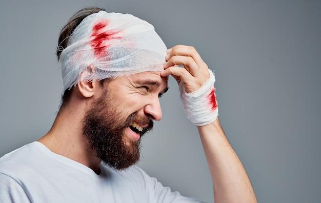 Uomo con trattamento di ricovero in ospedale per trauma alla testa fasciata