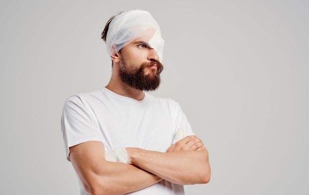 Uomo con la testa bendata problemi di salute pronto soccorso