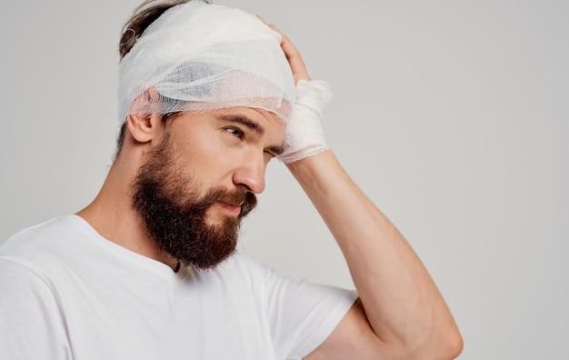 Uomo con la testa fasciata problemi di salute medicina ospedale. foto di alta qualità