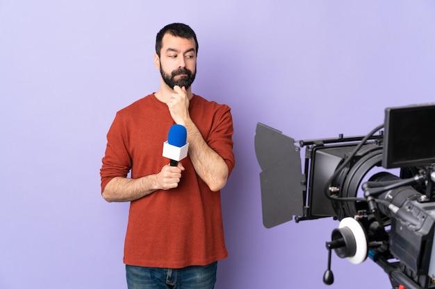 Uomo con la barba su sfondo isolato
