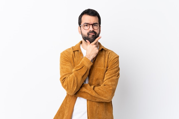 Uomo con la barba sopra la parete isolata