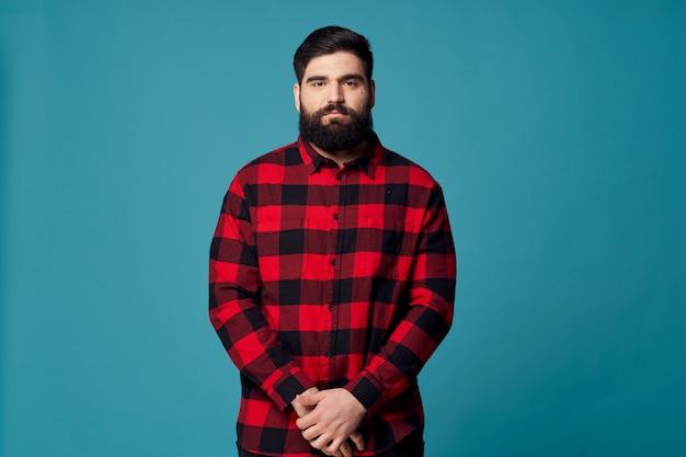 Uomo con una barba che posa nello studio.
