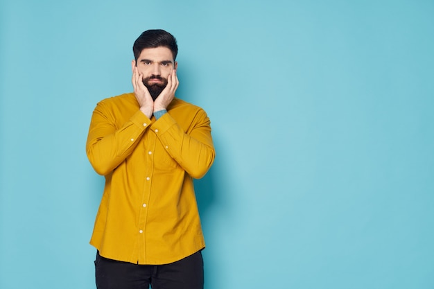 Uomo con la barba in posa