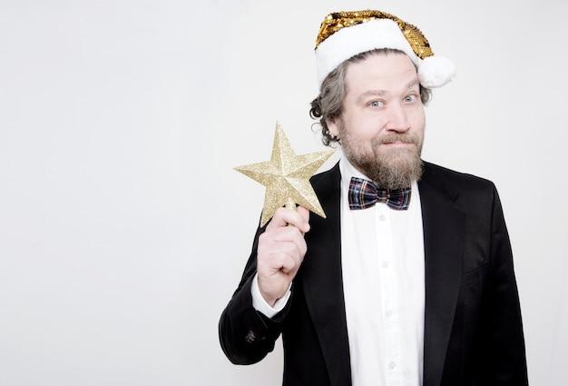 Uomo con la barba e un cappello di santi che punta a una stella d'oro su sfondo bianco