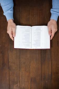 L'uomo con una bibbia