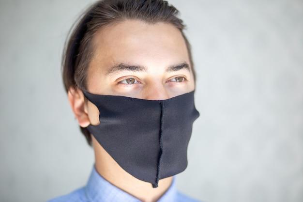 Uomo con maschera medica chirurgica nera