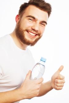 Uomo con bottiglia d'acqua