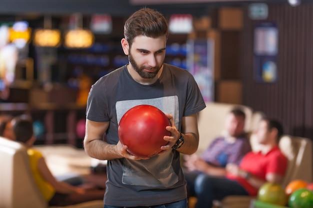 Uomo con palla da bowling