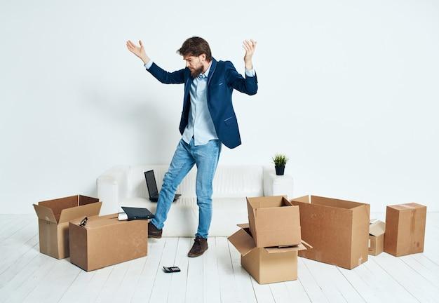 Un uomo con una scatola in mano imprenditore di imballaggio di licenziamento professional