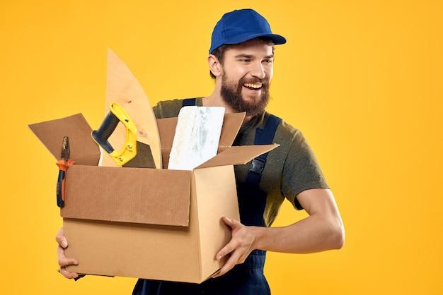 L'uomo con una scatola di attrezzi lavora servizio