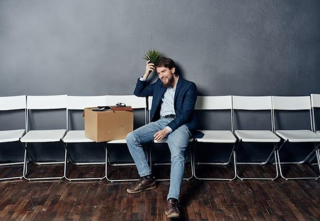 Uomo con scatola in attesa di colloquio di lavoro