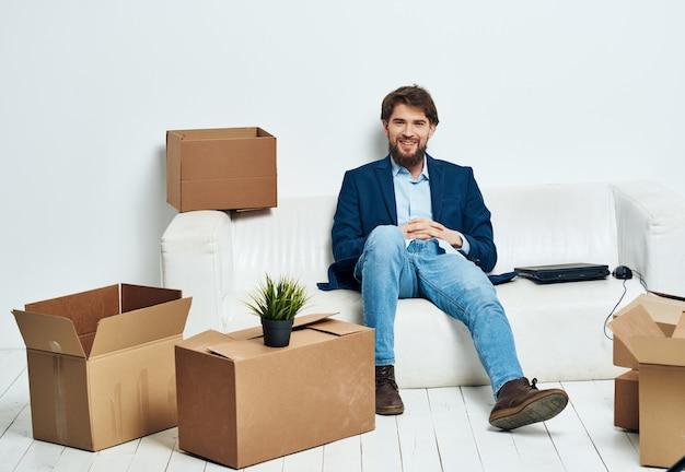 Uomo con scatole che disimballano ufficio ufficiale professionale