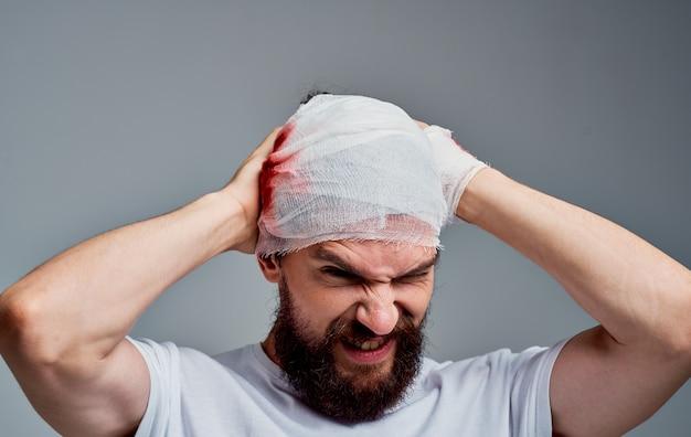 Uomo con un polso rotto e ferite alla testa