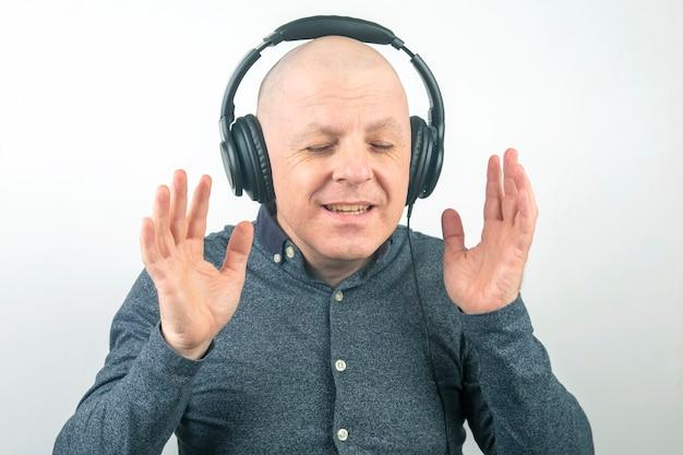L'uomo con gli occhi chiusi ascolta la musica con le cuffie